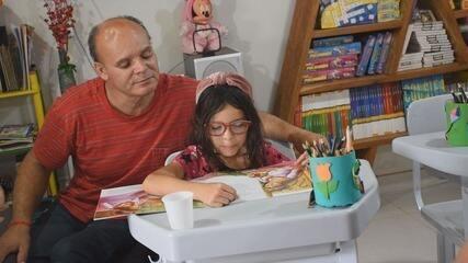 Casal de cadeirantes improvisa sala de aula na garagem e ajuda crianças em Ribeirão Preto