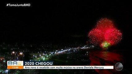 Milhares de pessoas acompanham chegada de 2020 no bairro da Boca do Rio, em Salvador