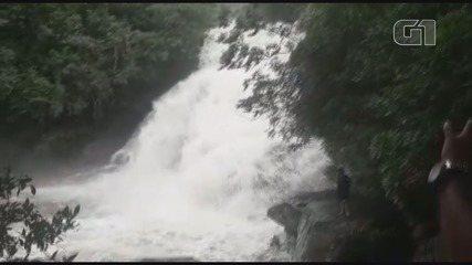 Vídeo mostra cabeça d'água que atingiu cachoeira em Guapé