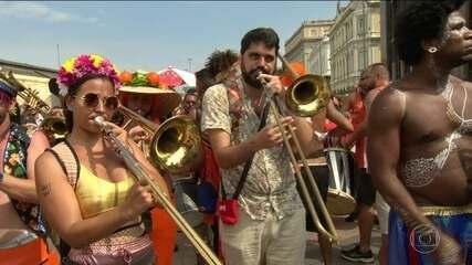 Foliões invadem as ruas do Centro do Rio no pré-carnaval carioca