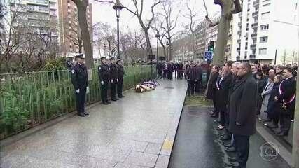 Autoridades e funcionários da revista Charlie Hebdo prestam homenagem aos mortos