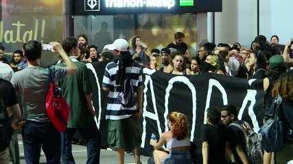 PM impede manifestantes de entrarem em estação de metrô na Avenida Paulista