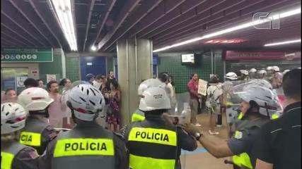 PMs cercam e revistam manifestantes em estação do Metrô em SP