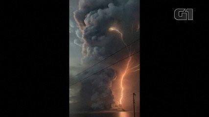 Raio atinge cinzas do vulcão nas Filipinas