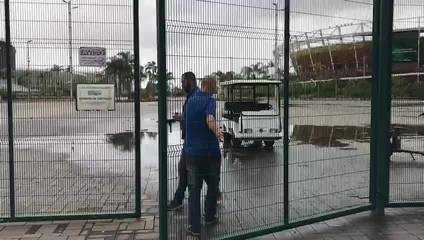 Funcionários da Prefeitura do Rio de Janeiro fecham os portões do Parque do Olímpico, na sexta-feira, ao fim do prazo para o início da interdição