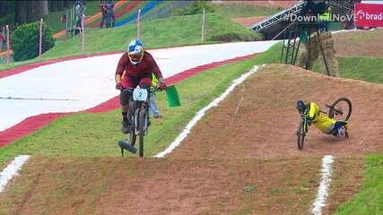 Pneu fura e bicicleta de brasileiro quebra ao meio na Copa América de Downhill