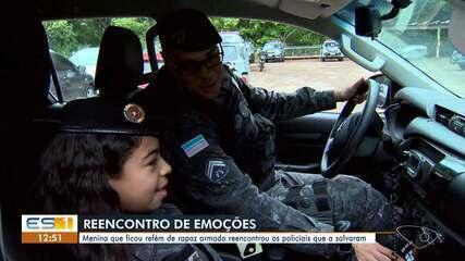 Menina feita refém por um adolescente encontra policiais que ajudaram no resgate, no ES