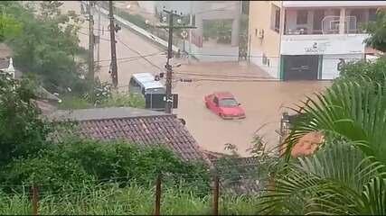 Enxurrada arrasta carros e deixa os moradores preocupados na cidade de Ubaíra