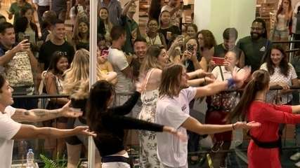 Casa de Vidro: participantes dançam 'Macarena'
