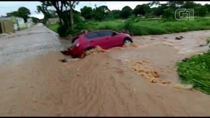 Carro fica preso em buraco durante chuva na rua Padre Manoel Germano, na Lagoa Seca