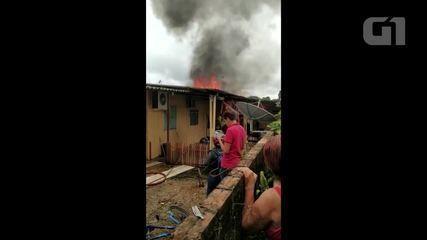 Casa de madeira pegou fogo no Setor 9 em Ariquemes, RO