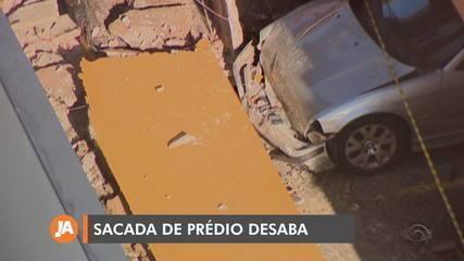 Sacada de prédio desaba em Porto Alegre