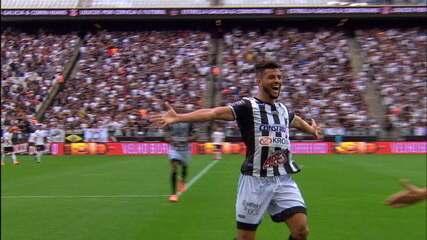 Tcharlles comemora o gol diante do Corinthians