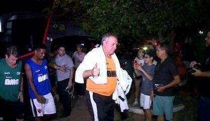 Mesmo com portões fechados, torcida espera Vasco do lado de fora do estádio em Teresina