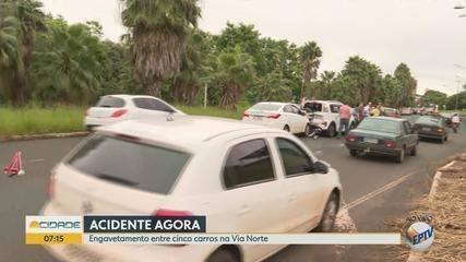 Engavetamento com 5 carros deixa trânsito lento na Via Norte em Ribeirão Preto