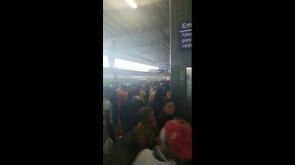 Metrô do Recife quebra e passageiros se aglomeram na Estação Prazeres
