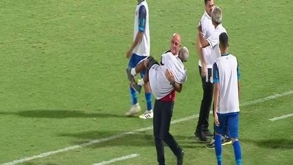 Após vencer com gol no último minuto, técnico do Santa carrega massagistas em comemoração