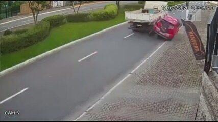Motorista sofre mal súbito, bate em caminhão e derruba poste em Praia Grande