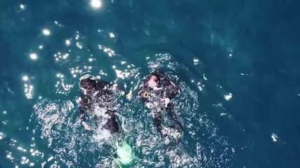 'Vai Encarar?: Gustavo Garcia faz mergulho na Gruta Azul, em Arraial do Cabo, RJ