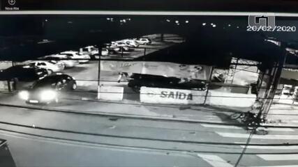Assaltantes batem moto em carro na rua durante perseguição e são presos pela PM em Natal
