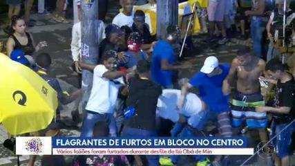 Foliões passam por revista de segurança para entrar nos blocos