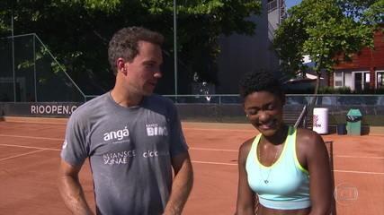 Tenista na ficção, Erika Januzza bate bola com Bruno Soares nas quadras do Rio Open