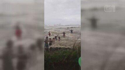 Ressaca atinge praias do litoral paulista e 'engole' faixa de areia; veja