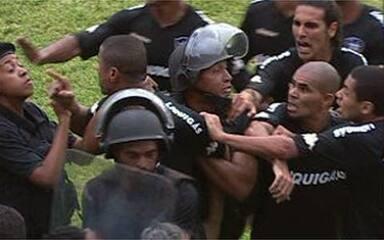 Após ser expulso, André Luís se desentende com a polícia no estádio do Náutico