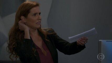Alexia 'psicografa' carta de Kyra e deixa Rafael impressionado