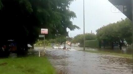 Temporal alaga ruas, dificulta trânsito no Guará, no DF