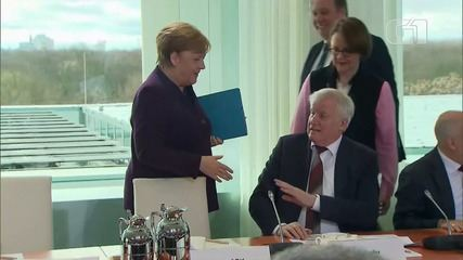 Ministro dispensa aperto de mão de Merkel em meio a surto de coronavírus