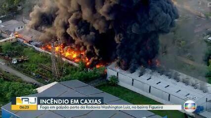 Incêndio de grandes proporções atinge depósito em Caxias