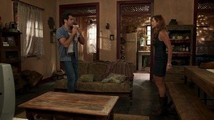 Alexia fica brava com Zezinho por achar que ele tem outra mulher
