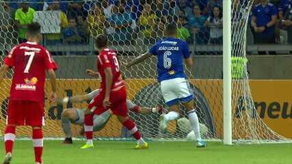 Léo Gamalho se antecipa e marca contra o Cruzeiro; artilheiro tem oito gols na temporada