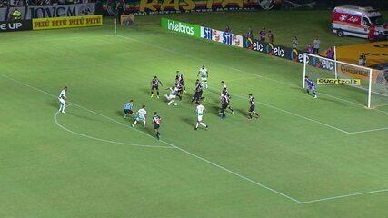 Rafael Moura chuta, a bola desvia em seu companheiro e sai