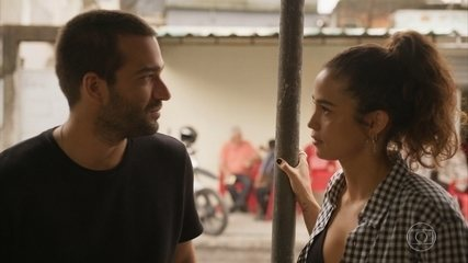 Sandro diz que se incomoda com o fato de Érica ter namorado seu pai
