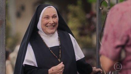 Lola conhece Madre Joana na porta de um asilo