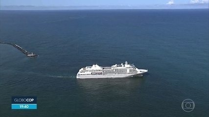 Depois de 14 dias, navio retido no Recife por causa do coronavírus deixa o porto