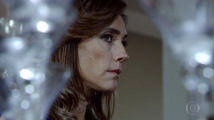 Tereza Cristina se recusa a ouvir o recado de Íris e decide proibir a tia de voltar para o Brasil
