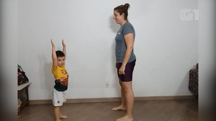 Professora ensina brincadeiras e exercícios para crianças
