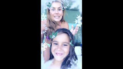 Maria Flor pega o celular de Deborah Secco e se diverte com stories