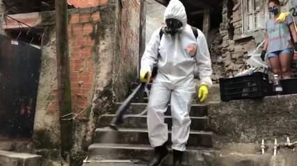 Voluntários e moradores do Santa Marta fazem sanitização da favela por conta própria no RJ