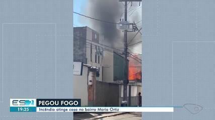 Incêndio atinge casa de madeira e igreja em Maria Ortiz, Vitória