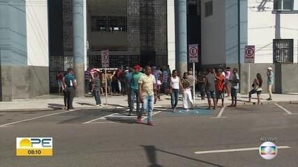 Grupo se aglomera em frente à Receita Federal no Recife