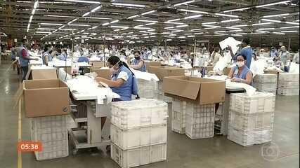 Fábrica de calçados começa a produzir EPIs para doar a profissionais no Ceará