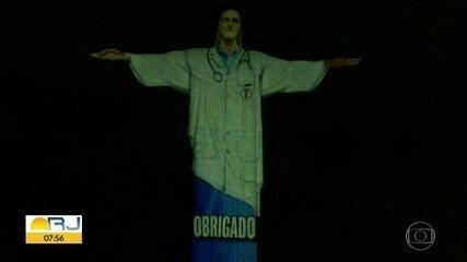 Projeção coloca Cristo Redentor de jaleco em homenagem aos profissionais de saúde