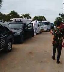 Vídeos mostram filas de carros funerários para sepultamentos em cemitério de Manaus