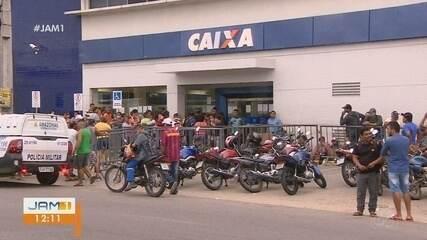 Procura por benefício emergencial gera filas em frente a agência da Caixa