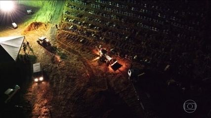 Coronavírus: em Manaus, funerárias fazem enterros à noite com caixões empilhados