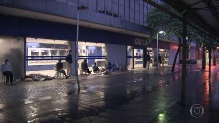 Auxílio emergencial: brasileiros viram a noite em filas nas agências da Caixa do Rio